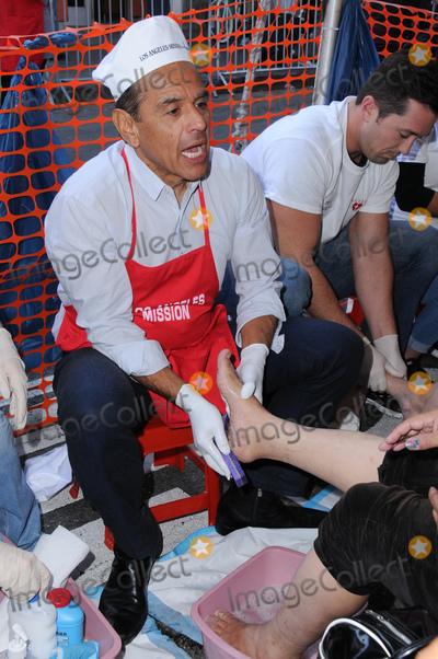 Antonio Villaraigosa Photo - 23 November 2016 - Los Angeles California Antonio Villaraigosa  Los Angeles Mission Thanksgiving Meal For The Homeless held at Los Angeles Mission Photo Credit Birdie ThompsonAdMedia