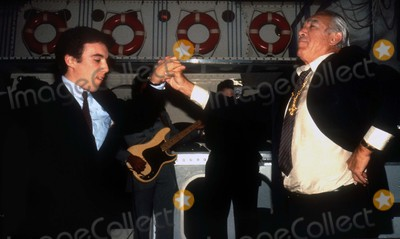 Anthony Quinn Photo - Anthony Quinn1156JPGNew York NYCelebrity Archaeology 1981 FILE PHOTOAnthony Quinn dancing with sonto the music of Zorba the GreekPhoto by Adam Scull-PHOTOlinknet
