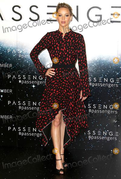 Jennifer Lawrence Photo - Photo by KGC-158starmaxinccomSTAR MAXCopyright 2016ALL RIGHTS RESERVEDTelephoneFax (212) 995-119612116Jennifer Lawrence at the photocall for Passengers(London England UK)