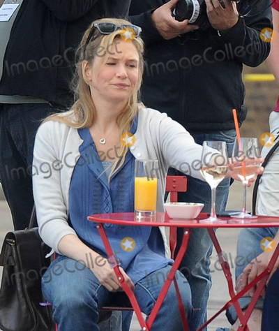 Renee Zellweger Photo - Photo by KGC-296starmaxinccomSTAR MAXCopyright 2015ALL RIGHTS RESERVEDTelephoneFax (212) 995-119610915Renee Zellweger on the set of Bridget Joness Baby in Kings Cross St Pancras(London England UK)