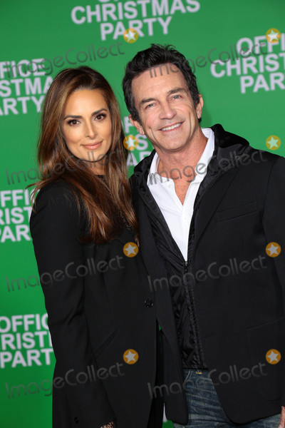 Ann Russell Photo - Photo by gotpapstarmaxinccomSTAR MAX2016ALL RIGHTS RESERVEDTelephoneFax (212) 995-119612716Jeff Probst and Lisa Ann Russell at the premiere of Office Christmas Party in Westwood CA