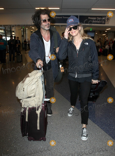 Renee Zellweger Photo - Photo by MCRFstarmaxinccomSTAR MAX2015ALL RIGHTS RESERVEDTelephoneFax (212) 995-119652015Renee Zellweger and Doyle Bramhall are seen at LAX Airport(Los Angeles CA)