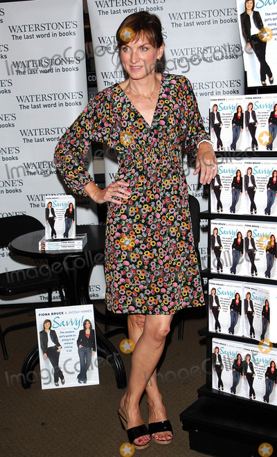 Fiona Bruce Photo - London UK Fiona Bruce  at book signing of her new book Savvy a girls guide on how to stay safe in any situation held at Waterstones 193 Kensington High Street  01 July 2008Chris JosephLandmark Media