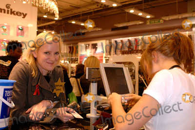 Hermione Norris Photo - LondonHermione Norris at the Celebrity Shopping Evening in aid of The Terrence Higgins Trust at Topshop Oxford StreetDecember 1st 2005Picture by Ali KadinskyLandmark Media