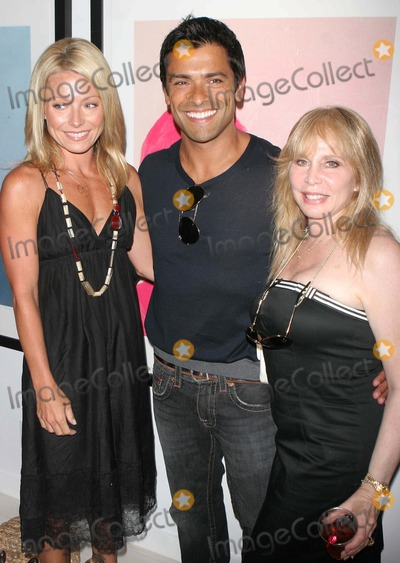 Liz Derringer Photo - Kelly Ripa and Mark Consuelos Host Russell Youngs New Art Exhibitionpig Portraits at Keszler Gallery45 Main Stsouthhampton Date 07-14-07 Photos by John Barrett-Globe Photosinc Kelly Ripamark Consuelosliz Derringer