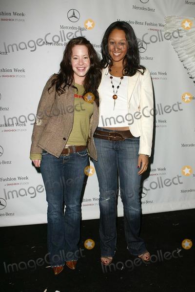 Tamera Mowry Photo - Amy Davidson and Tamera Mowryarriving at Mercedes-Benz Fall 2006 LA Fashion Week Day 3 Smashbox Culver City CA 03-21-06