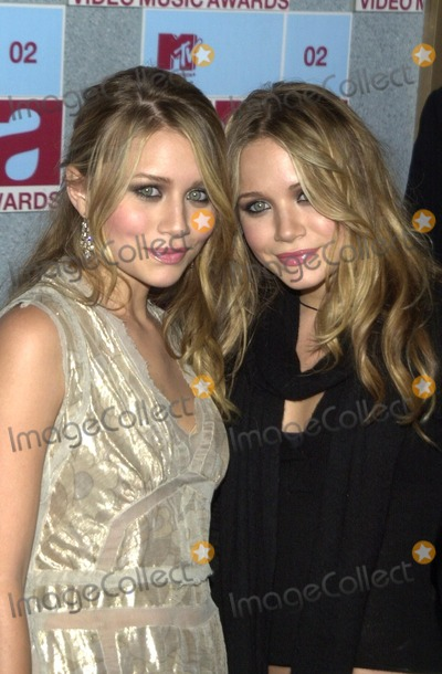 Ashley Olsen Photo - Mary-Kate Olsen and Ashley Olsen at the 2002 MTV Video Music Awards Radio City Music Hall New York City NY 08-29-02