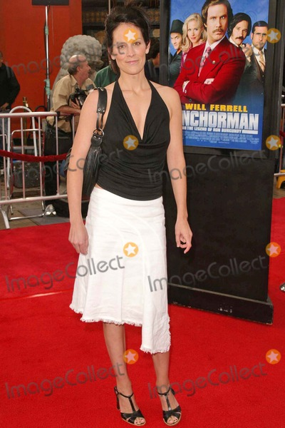 Annabeth Gish Photo - Annabeth Gish at Dreamworks Anchorman The Legend of Ron Burgundy Premiere at Manns Chinese Theater Hollywood CA 06-28-04
