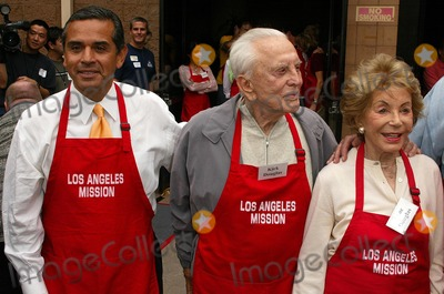 Antonio Villaraigosa Photo - Antonio Villaraigosa with Kirk Douglas and Anne Douglasat the Los Angeles Missions Thanksgiving Meal Skid Row Los Angeles CA 11-23-05