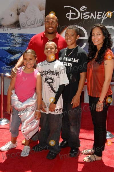 Antonio Pierce Photo - Antonio Pierce and familyat the World Premiere of Earth El Capitan Theatre Hollywood CA 04-18-09