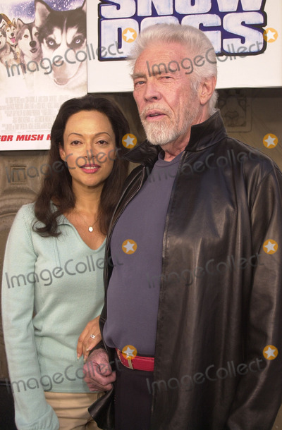 James Coburn Photo - James Coburn and wife Paula at the premiere of Disneys Snow Dogs at the El Capitan Theater Hollywood 01-13-02