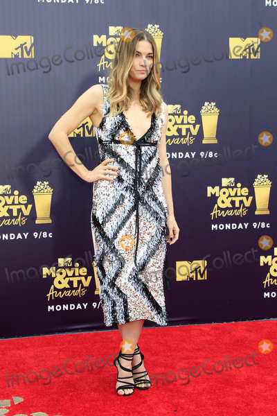 Annie Murphy Photo - LOS ANGELES - JUN 16  Annie Murphy Schitts Creek at the 2018 MTV Movie And TV Awards at the Barker Hanger on June 16 2018 in Santa Monica CA