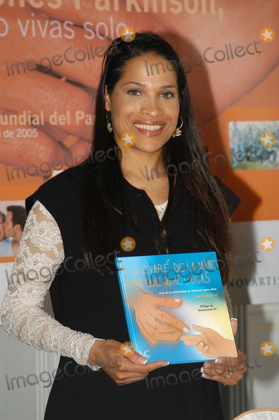 Rasheda Ali Photo - Madrid Spain 4-7-2005Rasheda Ali (daughter of ex- boxer Muhammad Ali) presents her book which recounts the experiences of her family since Muhammed Ali was diagnosed with Parkinsons DiseaseDigital Photo by Edu Nividhia-PHOTOlinkorg