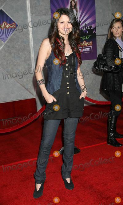Selena Gomez Photo - Photo by REWestcomstarmaxinccom200811708Selena Gomez at the premiere of Hannah Montana Best of Both Worlds(Los Angeles CA)