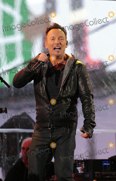 Bruce Springsteen Photo - Photo by GWRstarmaxinccomSTAR MAX2014ALL RIGHTS RESERVEDTelephoneFax (212) 995-119612114Bruce Springsteen at a free benefit concert honoring World AIDS Day(Times Square)