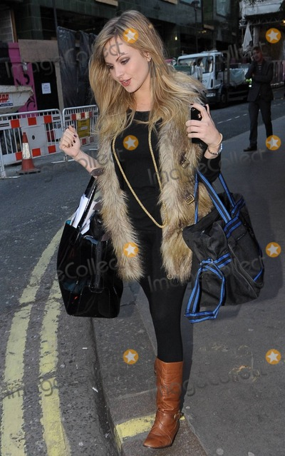 Tina OBrien Photo - Tina OBrien leaves the Picadilly Theatre after the  First Family Entertainment Pantomime at the Piccadilly Theatre in London UK 112610