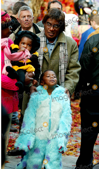 Al Roker Photo - AL Roker (Dressed As Paul Simon) with His Children at Nbcs Today Show Annual Halloween Contest in Rockefeller Plaza at the NBC Studios on October 31 2003 Photo Henry McgeeGlobe Photos Inc 2003