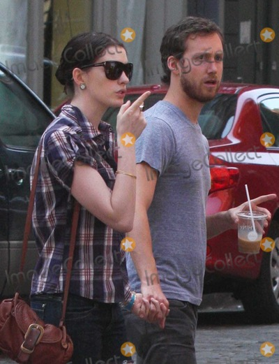 Adam Shulman Photo - NYC  042609EXCLUSIVE Anne Hathaway (wearing short cut off jean shorts) and boyfriend Adam Shulmanwalking with shopping bags from the Apple Store while shopping in SOHO after having lunch at the AguagrillDigital Photo by Adam Nemser-PHOTOlinknet