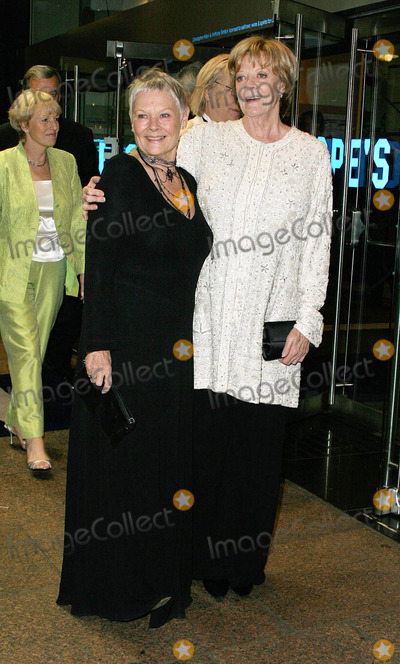 Judi Dench Photo - LONDON NOVEMBER 8 2004    Judi Dench and Maggie Smith at the Royal premiere of Ladies in Lavender at the Odeon Leicester Square