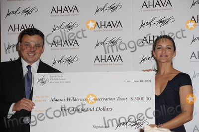 Kristin Davis Photo - Actress Kristin Davis (R) and Lord And Taylor CEO Brendan Hoffman present a check to the Maasai Wilderness Conservation Trust at Lord And Taylor on June 10 2009 in New York City