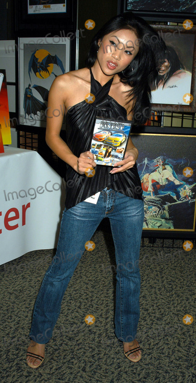 JASMINE MAI Photo - NEW YORK NOVEMBER 19 2004    Jasmine Mai at the 7th Annual National Comic Book Art  Sci-Fi Expo at Penn Plaza Pavilion