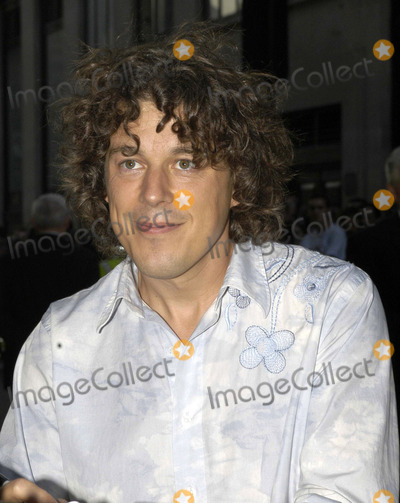 Alan Davies Photo - Alan Davies at the UK premiere of The Village London UK August 10 2004