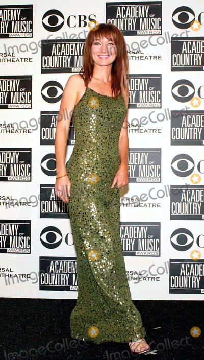Lari White Photo - Lari White poses for photographers at the 36th annual Academy of Country Music Awards May 9 2001 at the Universal Amphitheatre in Universal City Calif  (Photo by Featureflash)