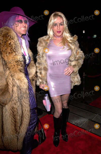Alexis Arquette Photo - ALEXIS ARQUETTE (right)  friend at the Los Angeles premiere of Snatch18JAN2001   Paul SmithFeatureflash
