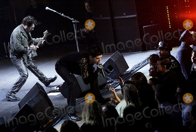 JD Fortune Photo - INXS  guitarist Tim Farriss (L) and the bands new lead singer JD Fortune performing onstage at