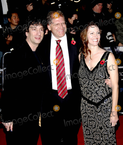 Neil Gaiman Photo - London UK  Neil Gaiman and Director Robert Zemeckis (with wife Leslie ) at the  European Premiere of their  film Beowulf at the Vue West End Leicester Square London  The motion capture animation film which is alsoreleased in 3D features the voices of many actors with very realistic animation based on their own body movements 11th November 2007SydLandmark Media