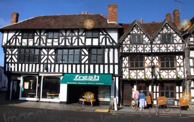 Shakespear Photo - Stratford-upon-Avon UK Stratford-upon-Avon is a market town in the county of Warwickshire England on the River Avon The town is a popular tourist destination as the birthplace and gravesite of playwright and poet William Shakespeare Saturday September 19th 2020Ref LMK73-J6761-210920Keith MayhewLandmark MediaWWWLMKMEDIACOM