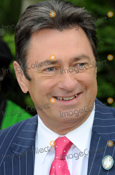 Alan Titchmarsh Photo - London UK Alan Titchmarsh at the 2008 RHS Chelsea Flower Show at the Royal Hospital in Chelsea19 May 2008Matt LewisLandmark Media