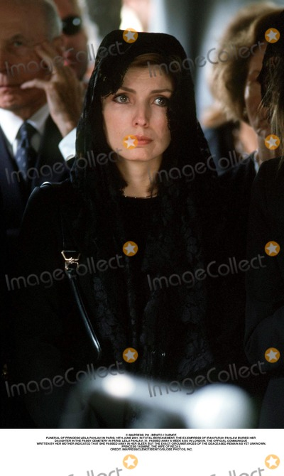 As Yet Photo - IMAPRESS PH  BENITO  CLEMOTFUNERAL OF PRINCESS LEILA PAHLAVI IN PARIS 16TH JUNE 2001 IN TOTAL BEREAVEMENT THE EX-EMPRESS OF IRAN FARAH PAHLAVI BURIED HER DAUGHTER IN THE PASSY CEMETERY IN PARIS LEILA PAHLAVI 31 PASSED AWAY A WEEK AGO IN LONDON THE OFFICIAL COMMUNIQUE WRITTEN BY HER MOTHER INDICATED THAT SHE PASSED AWAY IN HER SLEEP BUT THE EXACT CIRCUMSTANCES OF THE DEACEASED REMAIN AS YET UNKNOWNPRINCESS YASMINE THE WIFE OF REZA IICREDIT IMAPRESSCLEMOTBENITOGLOBE PHOTOS INC