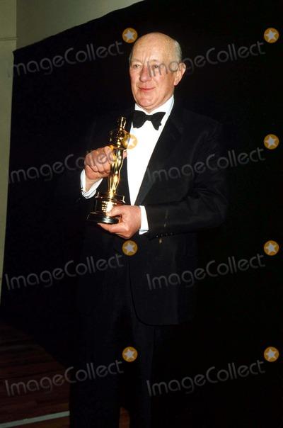 Alec Guinness Photo - Academy Awards Los Angeles CA I1177pr Photo by Phil RoachipolGlobe Photos Inc Academy Awards  Oscars Sir Alec Guinness