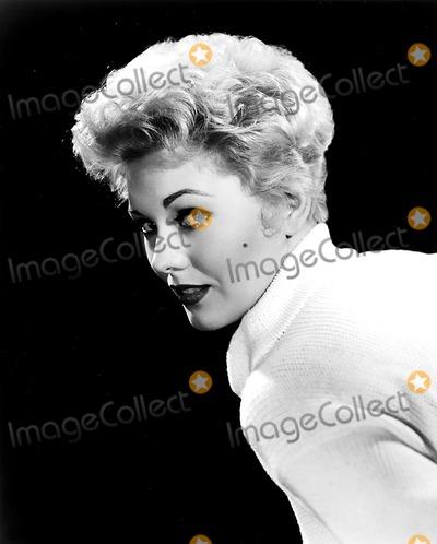 Kim Novak Photo - Kim Novak 1955 Supplied by Globe Photos Inc Kimnovakretro
