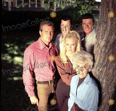 Barbara Stanwyck Photo - Bifg Valley Cast Lee Majorsrichard Longpeter Brecklinda Evansbarbara Stanwyck Photo Jay Thompson