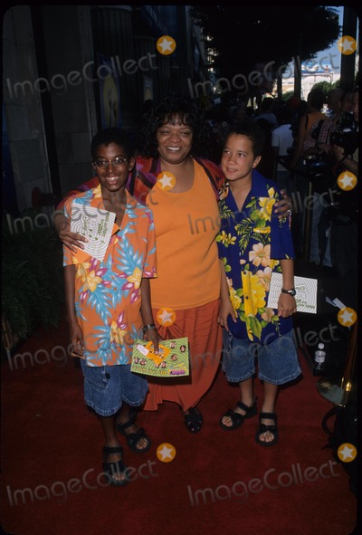 Nell Carter Photo - Nell Carter with Sons Joshua  Daniel the Little Mermaid Ii Premiere at El Capitan Theatre in Hollywood  Ca 2000 Photo by Paul Skipper-Globe Photos Inc