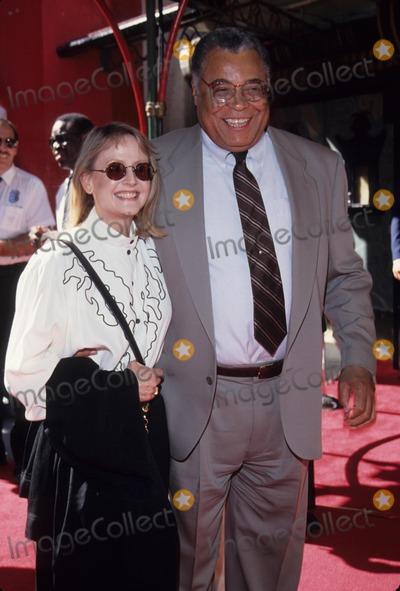 Cecilia Hart Photo - Earl James Jones with Cecilia Hart 1994 L8673tr Photo by Tom Rodriguez-Globe Photos Inc