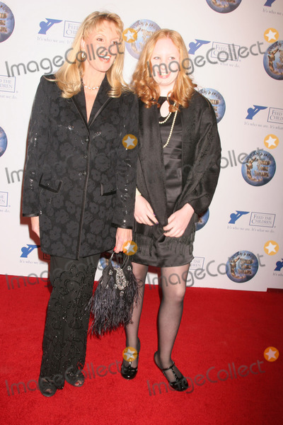 Laura McKenzie Photo - the 2008 World Magic Awards Barker Hangar Santa Monica CA 101108 Laura Mckenzie and Elizabeth Photo Clinton H Wallace-photomundo-Globe Photos Inc