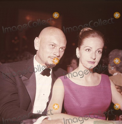 Yul Brynner Photo - Yul Brynner K385 1957  Winning an Oscar For the King and I Supplied by Globe Photos Inc