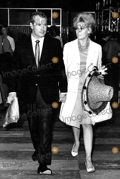 Kim Novak Photo - Kim Novak and Roderick Mann at London Airport 7161963 Globe Photos Inc Kimnovakretro