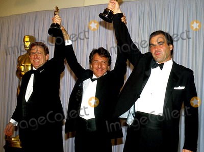 Arnold Kopelson Photo - Academy Awards  Oscars 14425 Arnold Kopelson_oliver Stone_dustin Hoffman Photo Byjames ColburnipolGlobe Photos Inc