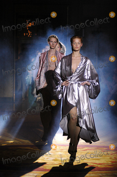 Asfour Photo - OLYMPUS FASHION WEEK ASFOUR 2005 FALL COLLECTION (RUNWAY) GOTHAM HALL 36TH  6TH  NEW YORK CITY 02-12-2005 K41737KROLYMPUS FASHION WEEK ASFOUR 2005 FALL COLLECTION (RUNWAY) GOTHAM HALL 36TH  6TH  NEW YORK CITY 02-12-2005 PHOTO KEN RUMMENTS-GLOBE PHOTOS INC  2005ASFOUR FASHIONRUNWAY MODEL