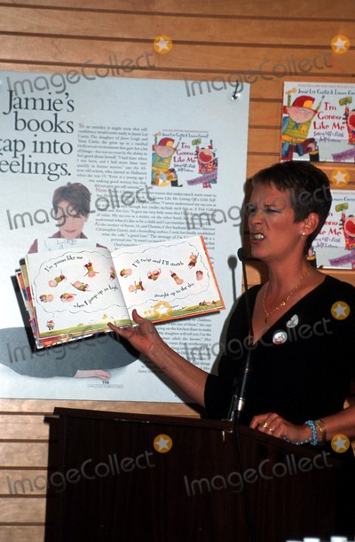 Jamie Lee Curtis Photo - 1702 New York Jamie Lee Curtis Book Signing im Gonna Like ME at Barnes and Noble Mitchell LevyrangefinderGlobe Photos Inc Jamie Lee Curtis