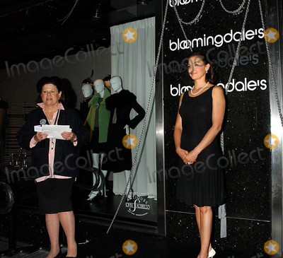 Ashely Judd Photo - Ashely Judd at the Window Unveiling of Armani Fashions Inspired by Her New Movie De-lovely at Bloomingdales  New York City 06222004 Photo by Ken Bab0lcsayipolGlobe Photosinc