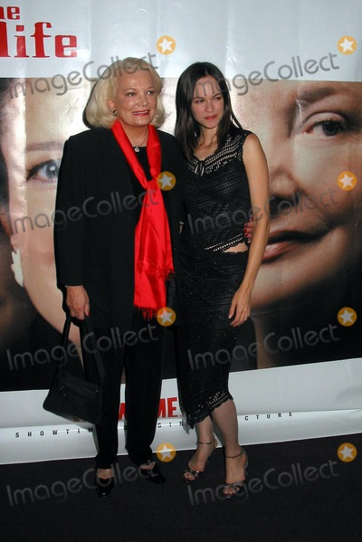 Susan May Pratt Photo -  Charms For the Easy Life Premiere at the Directors Guild of America in Los Angeles 080702 Photo by Milan RybaGlobe Photos Inc 2002 Susan May Pratt and Gena Rowlands