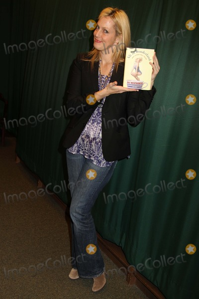 Ali Wentworth Photo - Ali Wentworth Appearance at Barnes and Noble to Promote Her Book Ali in Wonderland Barnes and Noble 82nd St NYC Februarry 22 2012 Photos by Sonia Moskowitz Globe Photos Inc 2012 Ali Wentworth