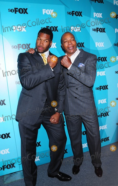 Carl Weathers Photo - Fox 2009 Programming Presentation Post Party at Wollman Rink  Central Park in New York City 05-18-2009 Photo by Ken Babolcsay-ipol-Globe Photos Inc Carl Weathers with Michael Strahan